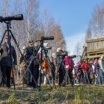 Lintuharrastuspäivänä oli kokeiltavana teleobjektiiveja ja kaukoputkia. Kuva Bore Wanner