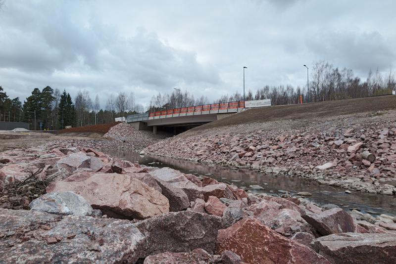 Länsimetron värit näkyvät Bondaksen sillalla - Kuva: Jukka Ranta