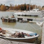 Uponnut vene nostettiin Suomenojan venesatamassa lauantaina
