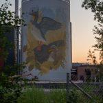 Muraali näkyy hyvin puron sillalle - Kuva Paul Stevens