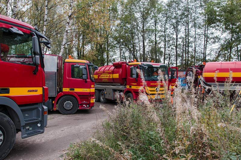 Loka-autojen armada hoiti vuotoa - Kuva: Jukka Ranta